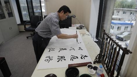 """国资委文明办张铁甲副主任向中国节能""""旧是爱""""公益捐赠活动捐物并题字"""