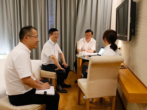 重庆公司党委中心组进行集中研讨