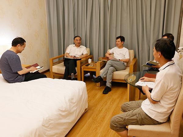 资产公司党委中心组进行集中研讨