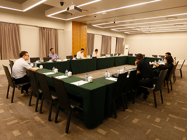 新时代集团党委中心组进行集中研讨